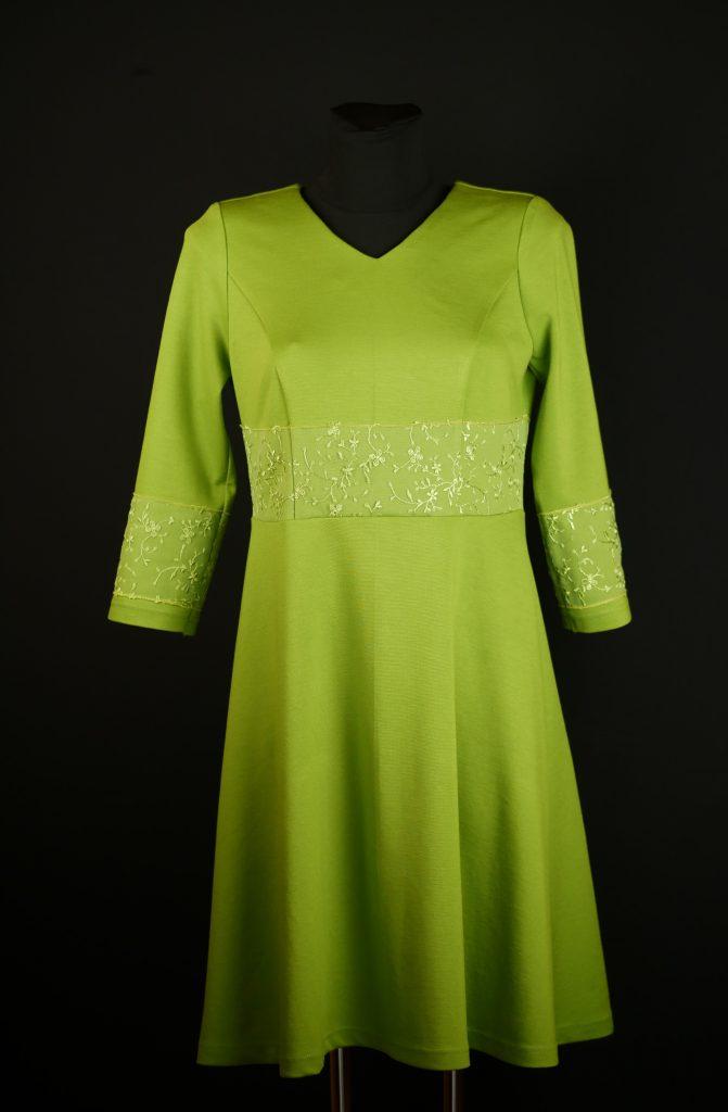 Hellolivgrüner fester Jersey in anmutiger Form mit etwas feiner Spitze in der Taille - das läßt den Frühling erahnen