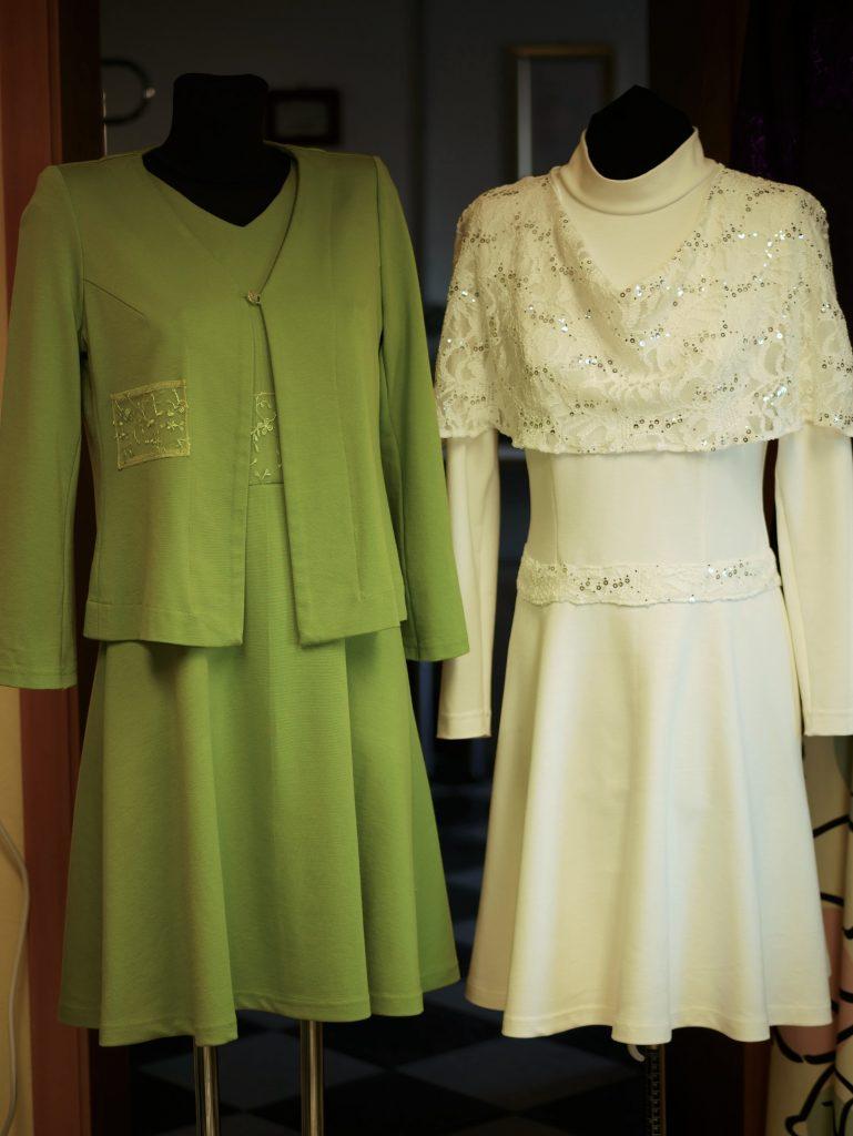 Aus dem hellgrünen Kleid wird mit einer leichten Jacke ein schönes Komplet. Das weiße Kleid schmückt sich mit einem kleinen Spitzenüberwurf in Cape-Form. Passend für Feste. Hallo - Frühling!