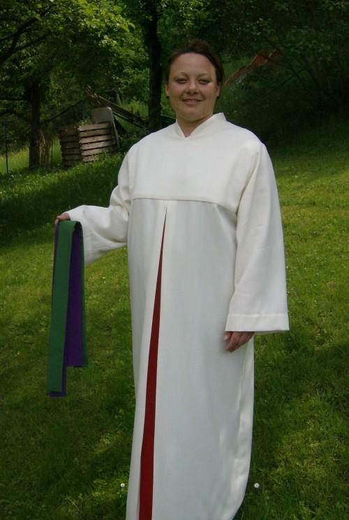 Damenalbe mit Mittelfalte und liturgischen Bändern