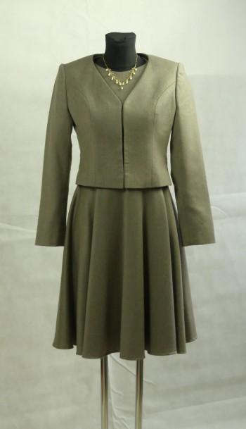 taubefarbenes Wollkleid mit kleiner Jacke