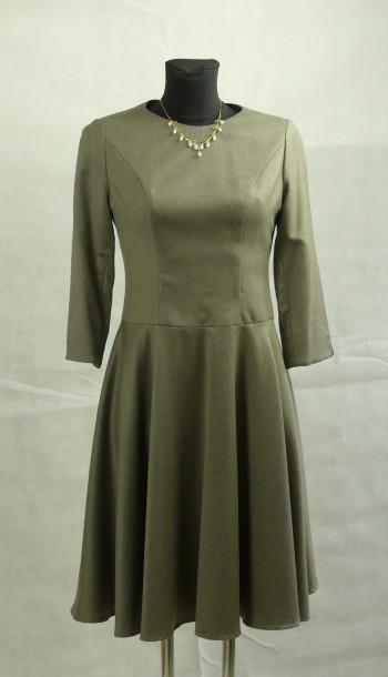 taubefarbenes Kleid mit tiefergesetzter Taille und weitem Rock